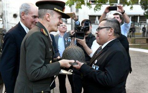 El gualeguaychuense Héctor Pereyra recibió el casco que usó en la guerra de Malvinas