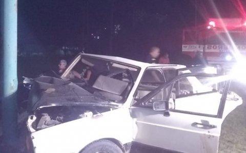 Acceso Sur: Perdió el control impactó contra una columna de alumbrado y el conductor está detenido