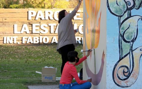 """Se pintó en el Parque de la Estación el """"Mural #8M"""" y se instaló un stand en el inicio de la """"Semana del parto respetado"""""""