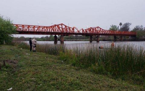 Buscan a un hombre que se arrojó al río esta mañana
